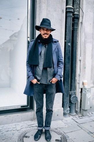Cómo combinar unos vaqueros azul marino: Si buscas un estilo adecuado y a la moda, usa una gabardina azul y unos vaqueros azul marino. Con el calzado, sé más clásico y opta por un par de zapatos derby de cuero azul marino.