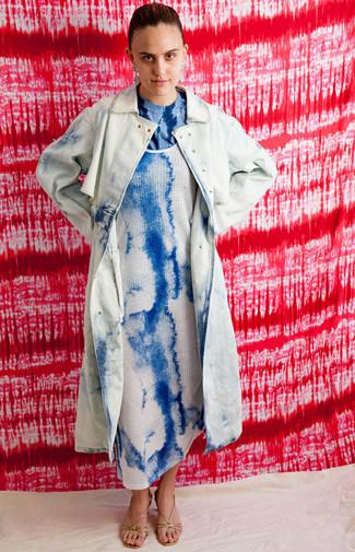 Cómo combinar: gabardina efecto teñido anudado celeste, vestido de tirantes efecto teñido anudado azul, camiseta con cuello circular efecto teñido anudado azul, sandalias de tacón de cuero doradas