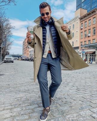 Cómo combinar: gabardina en beige, chaleco de abrigo acolchado azul marino, cárdigan en beige, camiseta con cuello circular gris