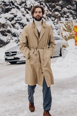 Cómo combinar un jersey de cuello alto blanco: Opta por un jersey de cuello alto blanco y un pantalón de vestir gris para una apariencia clásica y elegante. Opta por un par de botas formales de ante en tabaco para mostrar tu inteligencia sartorial.
