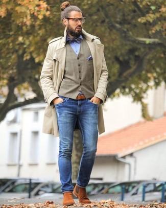 Cómo combinar: gabardina en beige, chaleco de vestir marrón claro, camisa de vestir celeste, vaqueros pitillo azules