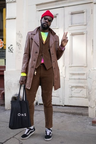 Cómo combinar un pantalón chino marrón en otoño 2020: Considera emparejar una gabardina de cuero marrón junto a un pantalón chino marrón para un lindo look para el trabajo. Tenis de lona en negro y blanco darán un toque desenfadado al conjunto. Este look es una elección bellísima si tu buscas un look otoñal.
