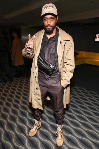 Cómo combinar: gabardina marrón claro, chándal en marrón oscuro, botas casual de ante marrón claro, riñonera de cuero en marrón oscuro