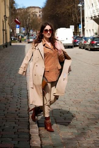 Cómo combinar: gabardina en beige, chaqueta motera de ante marrón, pantalón de vestir en beige, botines de cuero marrónes