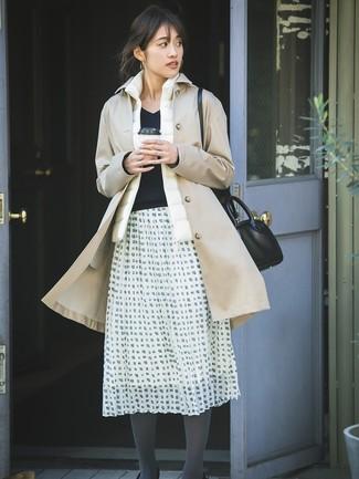 Cómo combinar: gabardina marrón claro, chaqueta sin mangas blanca, jersey de pico negro, falda campana a cuadros en blanco y negro