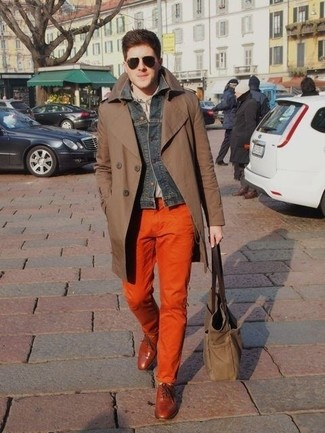 Cómo combinar: gabardina marrón, chaqueta vaquera en gris oscuro, camisa de manga larga gris, pantalón chino naranja