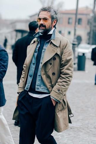 Cómo combinar: gabardina marrón claro, chaqueta vaquera azul, jersey con cuello circular azul marino, camisa de manga larga blanca