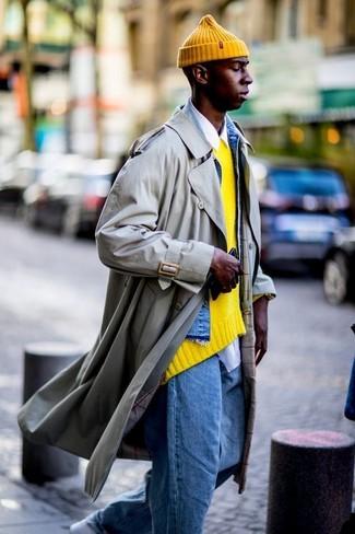 Cómo combinar: gabardina en beige, chaqueta vaquera azul, jersey con cuello circular amarillo, camisa de manga larga blanca