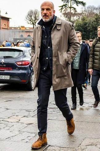 Cómo combinar unas botas casual de ante en tabaco: Si buscas un estilo adecuado y a la moda, equípate una gabardina gris junto a un pantalón chino negro. Botas casual de ante en tabaco son una opción excelente para completar este atuendo.