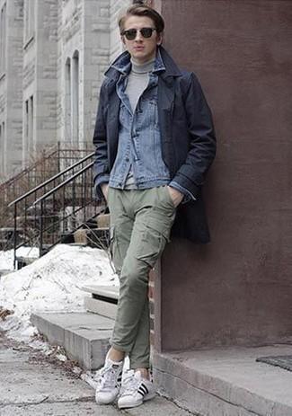 Cómo combinar un jersey de cuello alto gris: Intenta combinar un jersey de cuello alto gris junto a un pantalón cargo verde oliva para un almuerzo en domingo con amigos. Tenis de lona en blanco y negro son una opción inigualable para completar este atuendo.