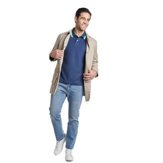 Cómo combinar: gabardina en beige, camisa polo azul marino, vaqueros celestes, tenis de cuero blancos