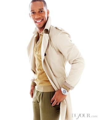 Cómo combinar: gabardina en beige, camisa polo marrón claro, pantalón chino verde oliva, reloj plateado