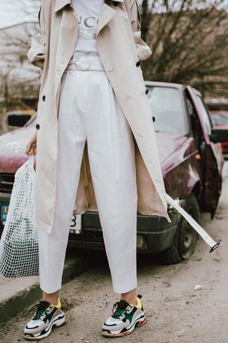 Cómo combinar: gabardina en beige, camiseta con cuello circular estampada blanca, pantalón de pinzas blanco, deportivas en multicolor
