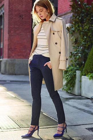 Cómo combinar: gabardina en beige, jersey con cuello circular de rayas horizontales en beige, pantalones pitillo de rayas verticales azul marino, zapatos de tacón de cuero azul marino