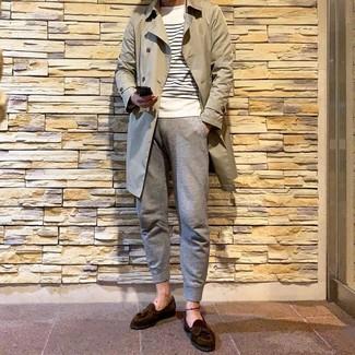 Cómo combinar una gabardina en beige: Elige una gabardina en beige y un pantalón de chándal gris para una apariencia fácil de vestir para todos los días. Con el calzado, sé más clásico y elige un par de mocasín con borlas de ante en marrón oscuro.