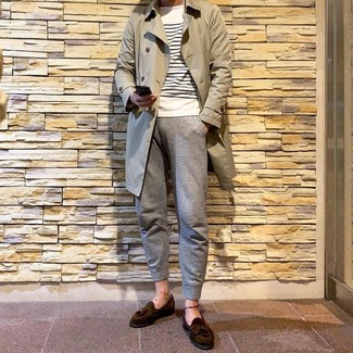Cómo combinar: gabardina en beige, jersey con cuello circular de rayas horizontales en blanco y azul marino, pantalón de chándal gris, mocasín con borlas de ante en marrón oscuro