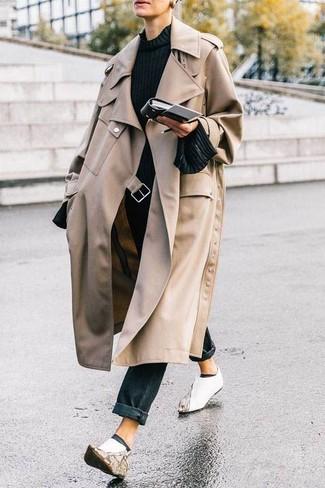 Cómo combinar: gabardina en beige, jersey con cuello circular negro, vaqueros negros, botines de cuero blancos