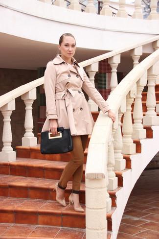 Cómo combinar: gabardina en beige, pantalones pitillo marrónes, zapatos de tacón de cuero en beige, cartera sobre de cuero negra