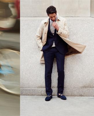 Cómo combinar: gabardina en beige, traje azul marino, camiseta de manga larga de rayas horizontales en blanco y azul marino, mocasín de ante azul marino