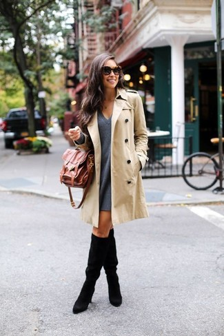 Cómo combinar: gabardina en beige, vestido amplio de lana en gris oscuro, botas de caña alta de ante negras, bolso de hombre de cuero marrón