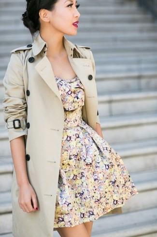 Cómo combinar: gabardina en beige, vestido skater con print de flores en multicolor