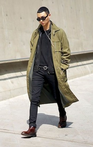 Cómo combinar: gabardina verde oliva, jersey con cremallera negro, camiseta con cuello circular negra, vaqueros pitillo negros