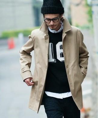 Cómo combinar: gabardina en beige, jersey con cuello circular estampado en negro y blanco, camisa de manga larga celeste, vaqueros pitillo negros