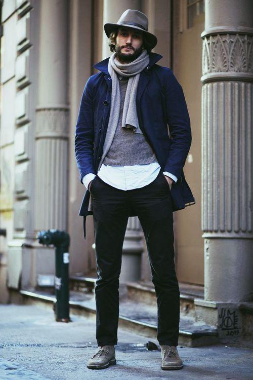 una gabardina azul marino y un pantaln chino negro son un look perfecto para ir a