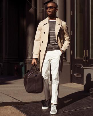 Cómo combinar: gabardina en beige, jersey con cuello circular de rayas horizontales marrón, camiseta con cuello circular blanca, pantalón de vestir blanco