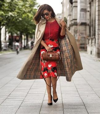 Cómo combinar: gabardina marrón claro, jersey con cuello circular de rayas horizontales rojo, falda lápiz con print de flores roja, zapatos de tacón de cuero negros