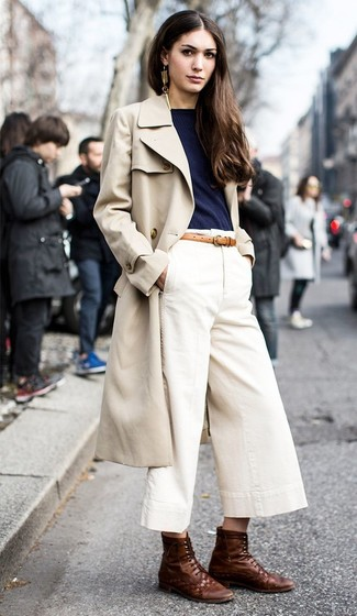 Cómo combinar unas botas planas con cordones de cuero en marrón oscuro: Una gabardina en beige y una falda pantalón blanca son prendas que debes tener en tu armario. ¿Quieres elegir un zapato informal? Opta por un par de botas planas con cordones de cuero en marrón oscuro para el día.
