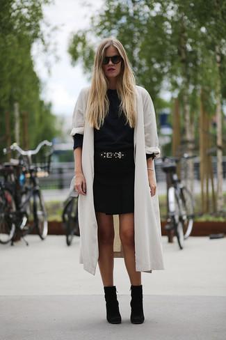 Cómo combinar: gabardina de lino blanca, jersey con cuello circular negro, minifalda negra, botines de ante negros