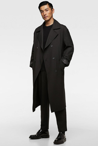 Cómo combinar: gabardina negra, jersey con cuello circular negro, pantalón chino negro, zapatos derby de cuero negros