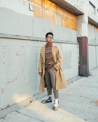 Cómo combinar una gabardina marrón claro: Empareja una gabardina marrón claro con un pantalón chino marrón claro para después del trabajo. Si no quieres vestir totalmente formal, opta por un par de zapatillas altas de lona grises.