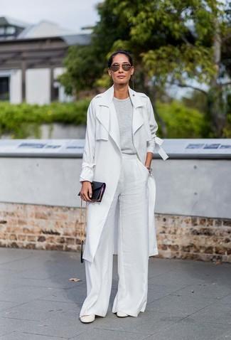 Cómo combinar: gabardina gris, jersey con cuello circular gris, pantalones anchos blancos, zapatos de tacón de cuero blancos