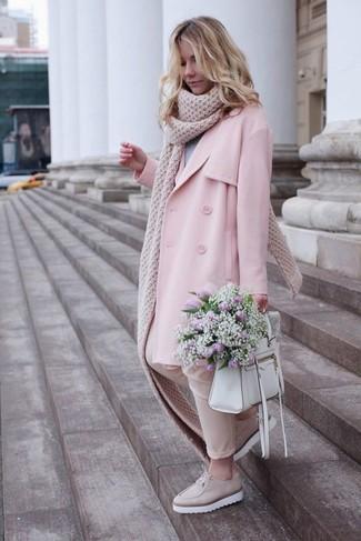 Cómo combinar: gabardina rosada, jersey con cuello circular gris, pantalones pitillo en beige, mocasín con plataforma de cuero en beige