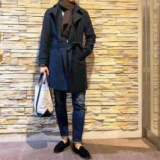 Look de moda: Gabardina negra, Jersey con cuello circular blanco, Vaqueros azul marino, Mocasín con borlas de ante negro