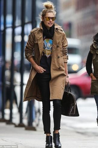 Look de moda: Gabardina marrón, Jersey con cuello circular estampado negro, Vaqueros pitillo negros, Botines de cuero negros