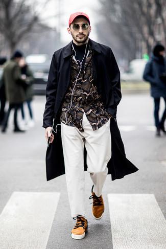 Cómo combinar un pantalón chino blanco: Equípate una gabardina negra con un pantalón chino blanco para lograr un estilo informal elegante. Si no quieres vestir totalmente formal, haz tenis de ante marrón claro tu calzado.