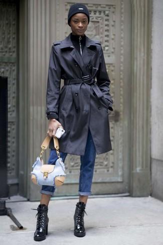 Cómo combinar: gabardina negra, jersey de cuello alto con cremallera negro, vaqueros boyfriend azules, botines con cordones de cuero negros