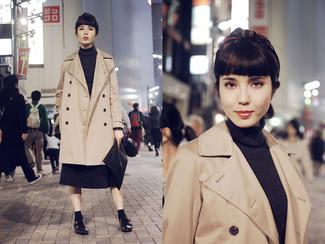 Cómo combinar: gabardina marrón claro, jersey de cuello alto en gris oscuro, falda midi plisada en gris oscuro, zapatos con doble hebilla de cuero negros