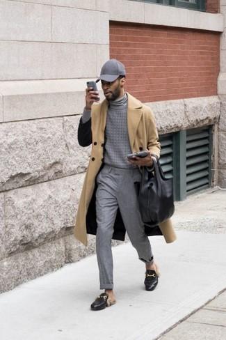 Cómo combinar: gabardina marrón claro, jersey de cuello alto gris, pantalón de vestir gris, mocasín de cuero negro