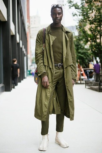 Cómo combinar: gabardina verde oliva, jersey de cuello alto verde oliva, pantalón de vestir verde oliva, botines chelsea de ante en beige