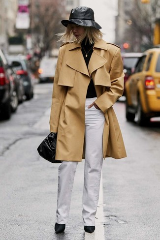 Cómo combinar: gabardina marrón claro, jersey de cuello alto negro, pantalones anchos blancos, botines de satén negros
