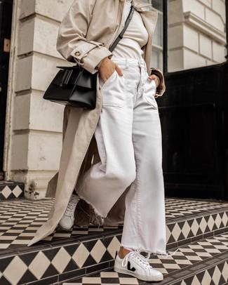 Cómo combinar: gabardina en beige, jersey de cuello alto en beige, pantalones anchos vaqueros blancos, tenis de cuero en blanco y negro