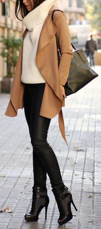Empareja una ropa de abrigo con unos pantalones pitillo de cuero negros para lucir elegante y distinguida. Un par de botines con cordones de cuero con recorte negros se integra perfectamente con diversos looks.