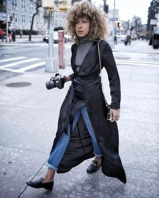 Cómo combinar: gabardina ligera negra, jersey de cuello alto gris, vaqueros azules, mocasín de cuero negros