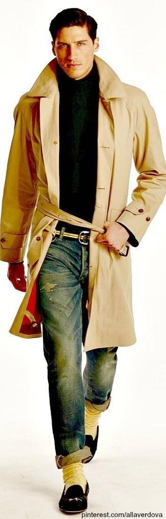 Cómo combinar: gabardina marrón claro, jersey de cuello alto verde oscuro, vaqueros pitillo desgastados azules, mocasín de cuero negro