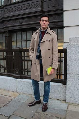 Cómo combinar unos zapatos con hebilla de cuero burdeos: Haz de una gabardina en beige y unos vaqueros azules tu atuendo para un lindo look para el trabajo. Con el calzado, sé más clásico y complementa tu atuendo con zapatos con hebilla de cuero burdeos.