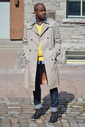 Cómo combinar: gabardina en beige, jersey de pico amarillo, camisa de manga larga de cuadro vichy azul, vaqueros azul marino